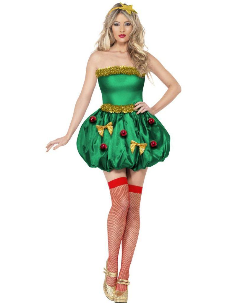 en der danser rundt om et juletræ